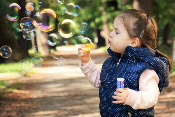 Zabawy dla dzieci – Czym zając malucha? Przepis na domową ciastolinę!